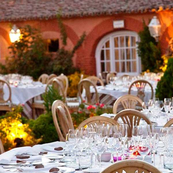 Montaje de boda en el jardín