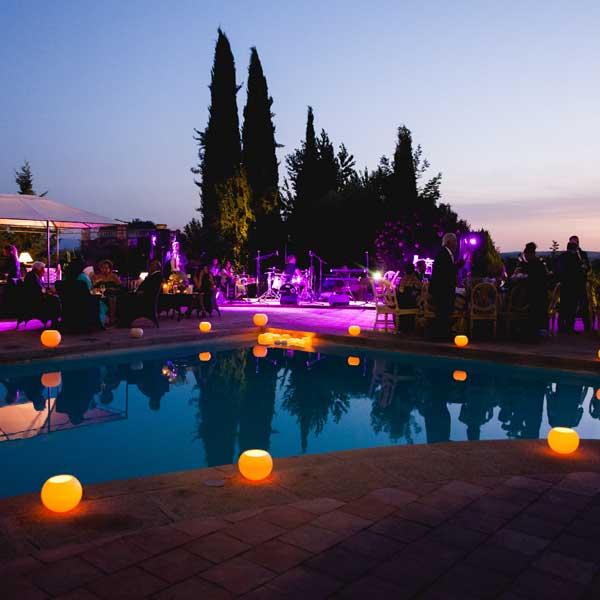 adornos de fiesta en la piscina