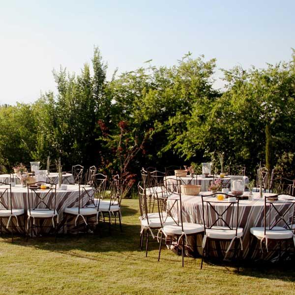 Mesas de comida en el jardín en verano