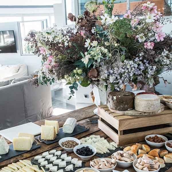 buffet decorado con flores
